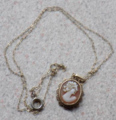 Hallmarked 375 9ct gold cameo pendant on chain