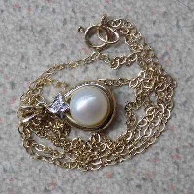 Hallmarked 375 9ct gold diamond and red pearl pendant on 9ct gold chain