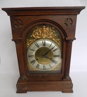 Oak cased mantle clock C1900 - with key and pendulum