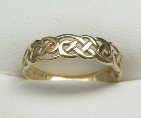 9ct gold celtic band ring size P1/2