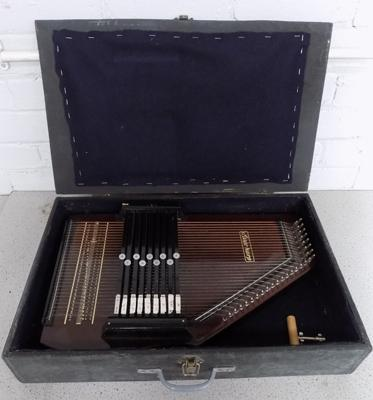 Boxed auto-harp with key