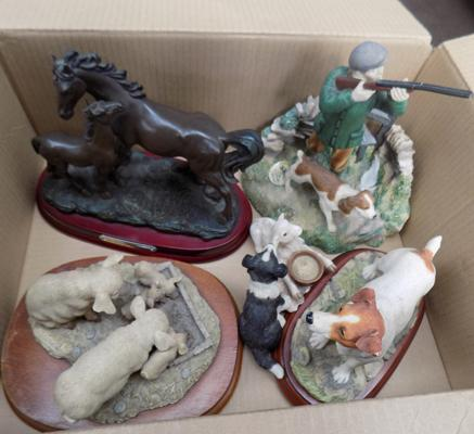 Box of ornaments incl. horse