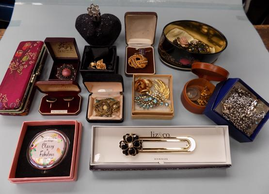 Selection of costume jewellery incl. brooches