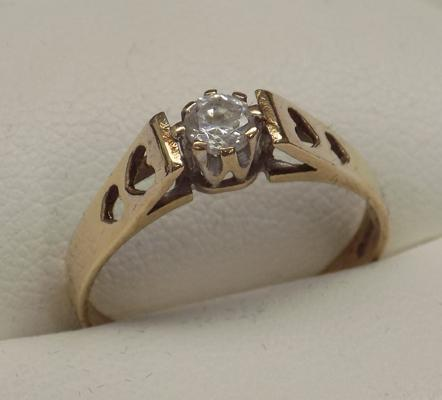 9ct gold solitaire ring, 'hearts on shoulders', size O 3/4