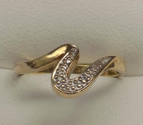 9ct gold & diamond wavy ring, size L