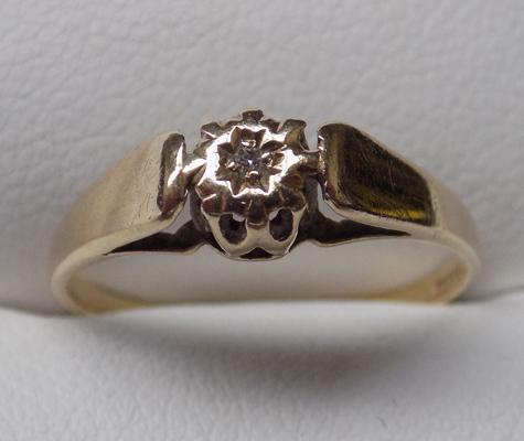 9ct gold diamond ring - approx. size N