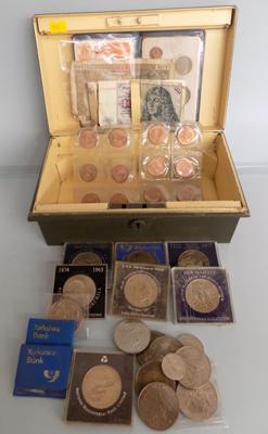 Box of mixed coins & notes