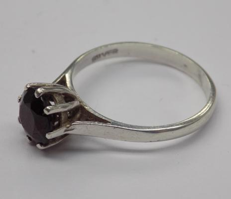 Vintage silver and garnet solitaire ring - approx. size M