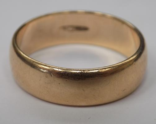 9ct gold large wedding band - size V
