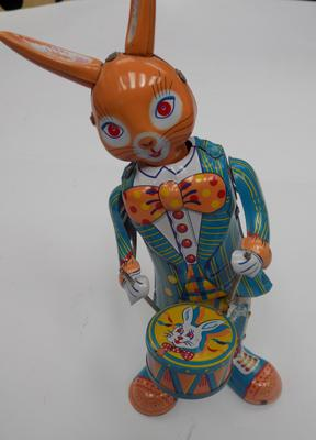 "Tin plate clockwork drumming rabbit, with key - 9"" tall"