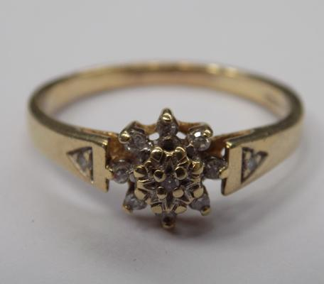 9ct gold diamond cluster ring - size O