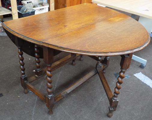 Drop leaf table with turned legs