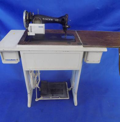 Singer sewing machine - electric with pedal