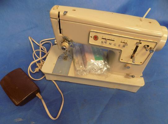 Singer sewing machine incl. accessories and instructions