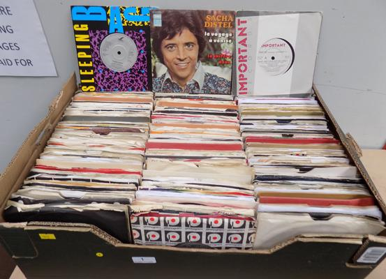 Large box of pop singles approx 500