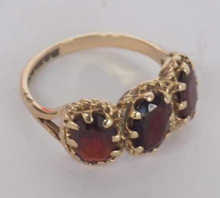 9ct Gold red stone trilogy ring 2.88 gms