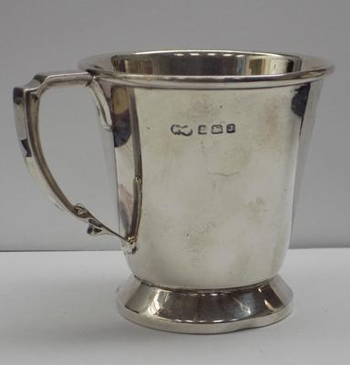 Solid silver cup/mug, London circa 1909, makers mark Elkington & Co Ltd, approx 122 gms