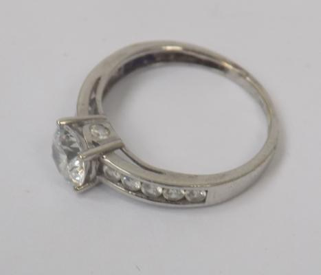 9ct White gold ring 2 gms