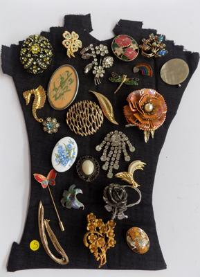 Tray of 24 brooches, vintage