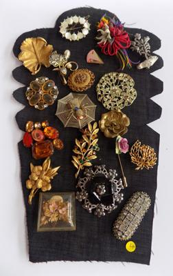 Tray of 20 brooches, vintage