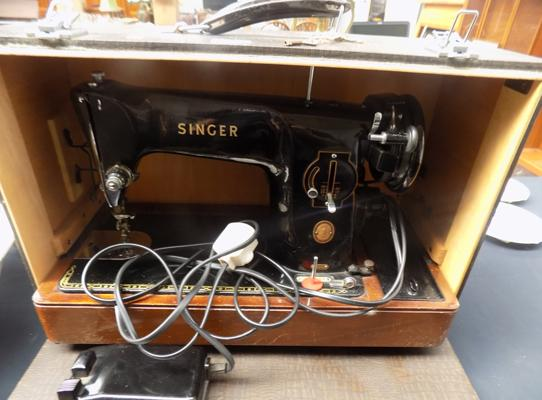 Singer sewing machine in box, excellent condition