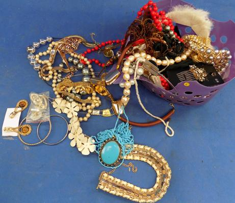 Selection of costume jewellery incl. precious stones
