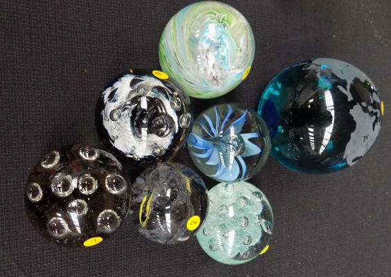 7x vintage blown glass paperweights incl. Caithness of Scotland 'Tango collection'