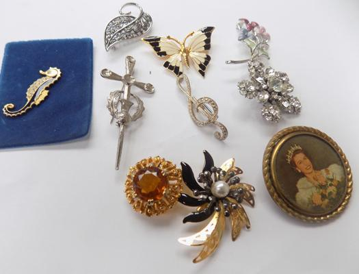 Selection of costume jewellery/brooches
