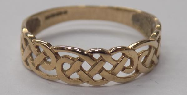 9ct gold Celtic band ring-size O1/2