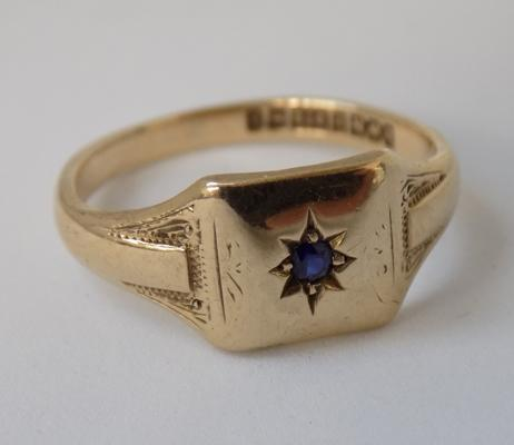 9ct gold signet ring, set with sapphire, size M 3/4