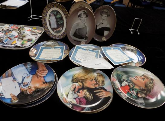 15 Diana commemorative plates and certificates