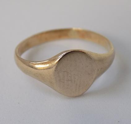 9ct gold oval signet ring, size J 1/2