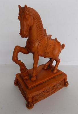 Hard resin horse figure-rearing