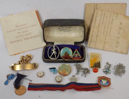 Collection of vintage jewellery, white metal trinkets, badges + books of gold leaf