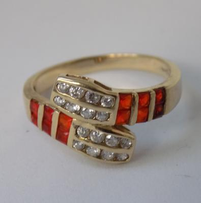 9ct gold red & white stone snake style ring, size O