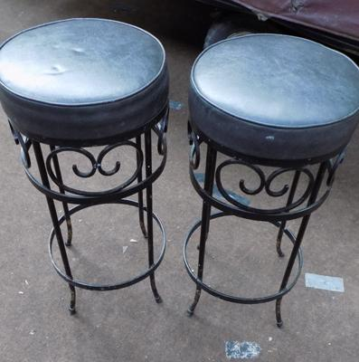 2x iron bar stools
