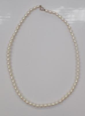 A freshwater pearl necklace, with 9ct gold clasp