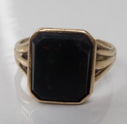 A 9ct gold, black onyx set signet ring -  weight 4 grams