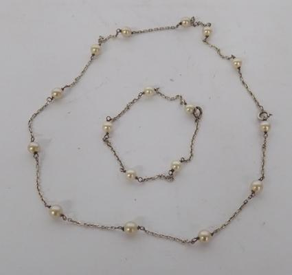 A silver and pearl set necklace and bracelet