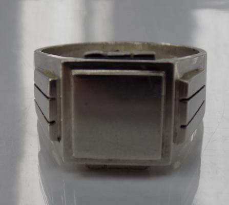 A 915 silver signet ring, approximate size Y