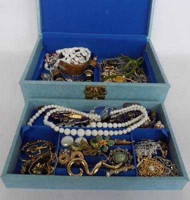 Vintage jewellery box including costume jewellery/brooches etc