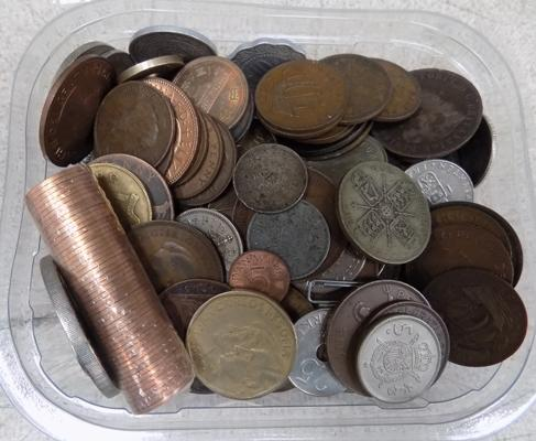 Tub of coins, incl roll of new half pennies