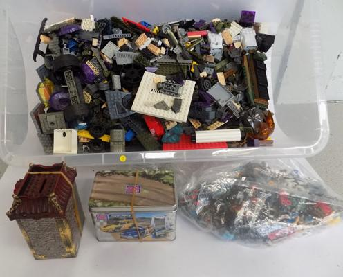 Box of Megabloks, Halo UNSC/Castle/Pirates + 46 figures & stands & weapons