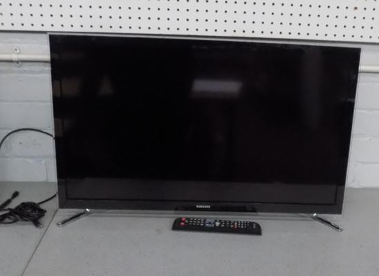 "Samsung 32"" LCD Smart TV in working order with remote"