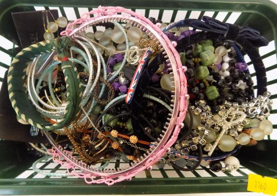 Tub of costume jewellery, large amount