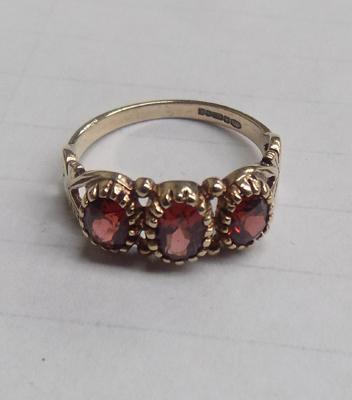 9ct gold garnet trilogy ring - Size M 1/2