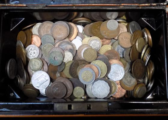 Cashbox of coins (with key)