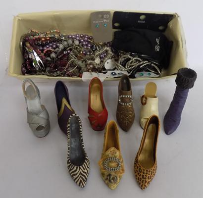 Selection of costume jewellery incl. shoe ornaments