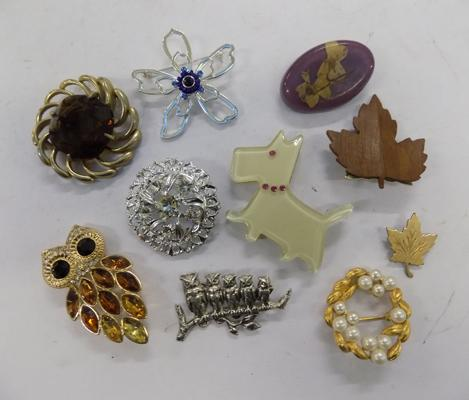 Mixed selection of brooches inc vintage & white metal brooches
