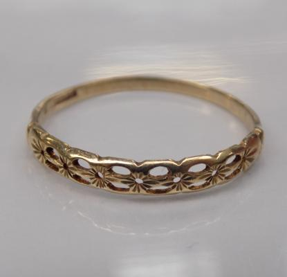9ct gold diamond cut patterned ring - Size S 1/2